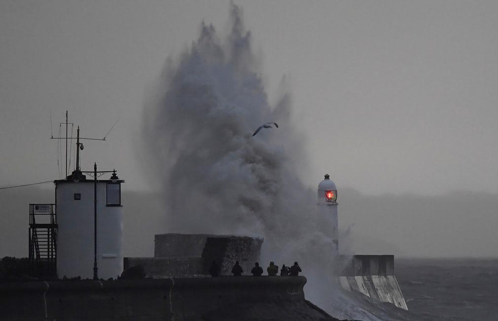 Porthcawl, Уельс  Хвилі руйнуються у морську стіну та маяк Фотографія: Тобі Мелвілл / Рейтер