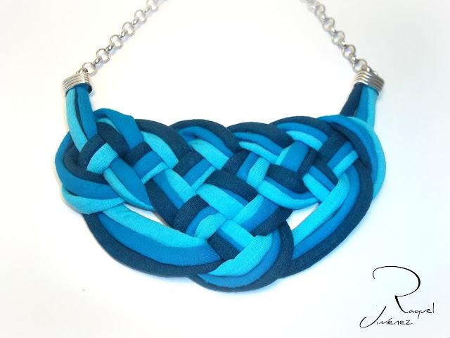 collar de nudo celta en trapillo azul
