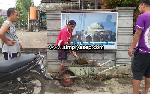 SELOKAN : Selokan di depan plang nama Masjid Babussalam juga dibersihkan agar tidak menumpuk sampah yang bisa mendatangkan nyamuk dan penyakit. Foto Asep Haryono
