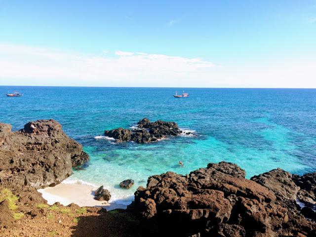 Biển rất trong và xanh, có thể nhìn thấu đáy