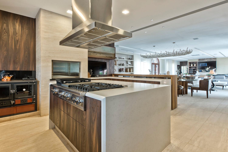 Cozinha com churrasqueira integrada decorada com madeira e mármore  #654A32 1500 1001