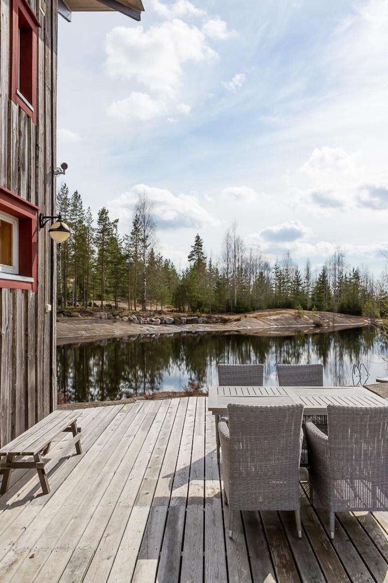 decordemon perfect scandinavian wooden house by the lake. Black Bedroom Furniture Sets. Home Design Ideas