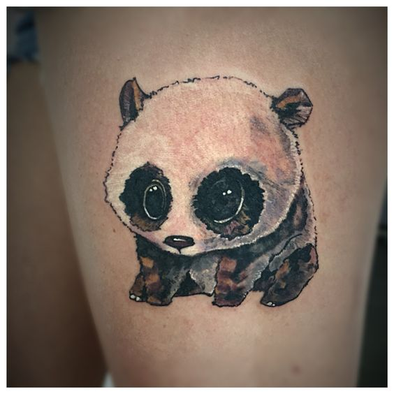 Vemos el ttuaje de un oso panda en la piel de una chica