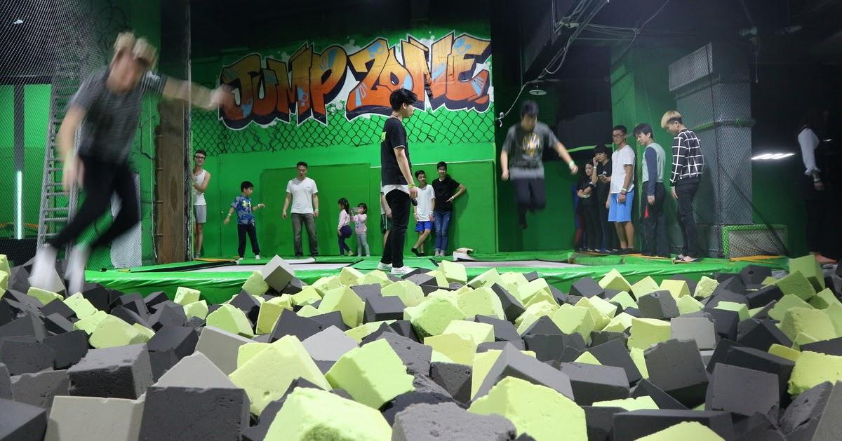 二童日記: 適合親子、情侶、下雨天的「跳床運動」-- Flip Out Taipei 跳跳床房屋、彈翻床、彈跳床樂園(名字 ...