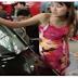 Kakek Berpakaian Lusuh ini Masuk Ke Showroom Mobil.. & Di Sambut Ramah Oleh Sales Wanita ini,.. Yang di Lakukan Kakek ini Selanjutnya Menakjubkan