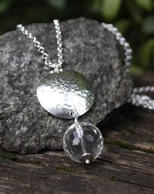 hopeinen riipus, vuorikristalli