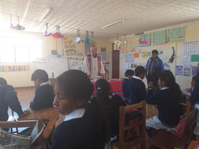 Bei meinen Multifunktionsgottesdiensten haben alle etwas zu tun. Ein Lehrer erklärt die Schrift, ein anderer  spielt Gitarre und die Jugend darf das Bibelgeschehen zeichnen.