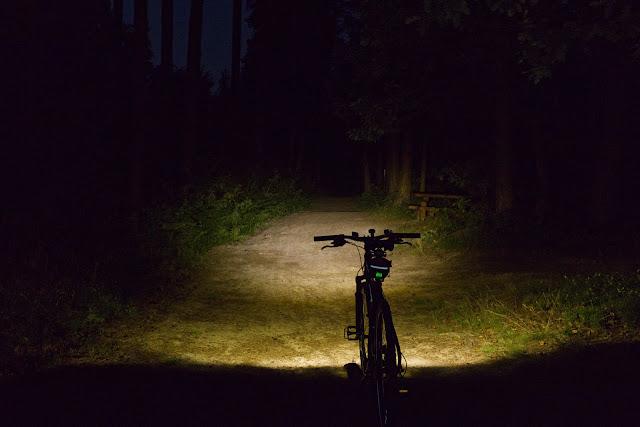Lumintop C01 na ścieżce leśnej. Zdjęcie zrobione jako RAW 5000K, skorygowane następnie do 4500K