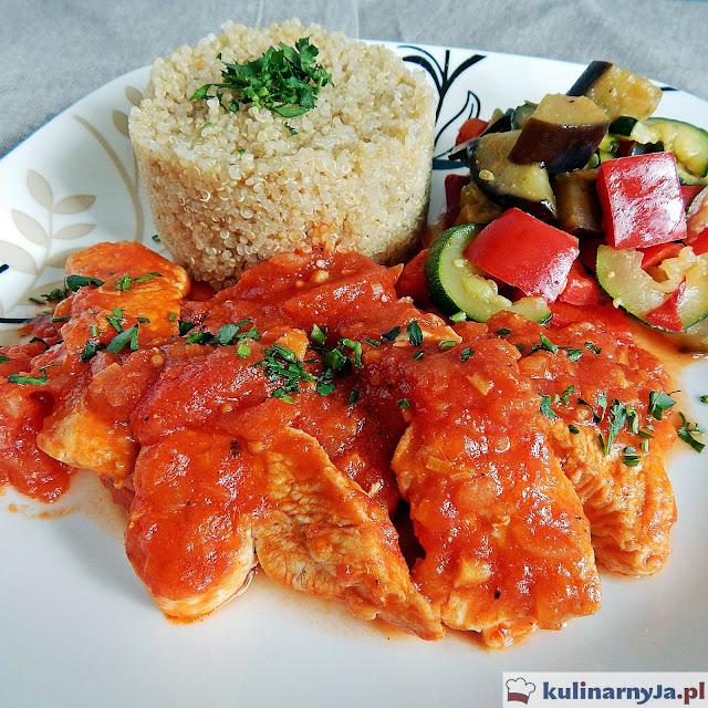 Indyk w pomidorach z warzywami i komosą ryżową