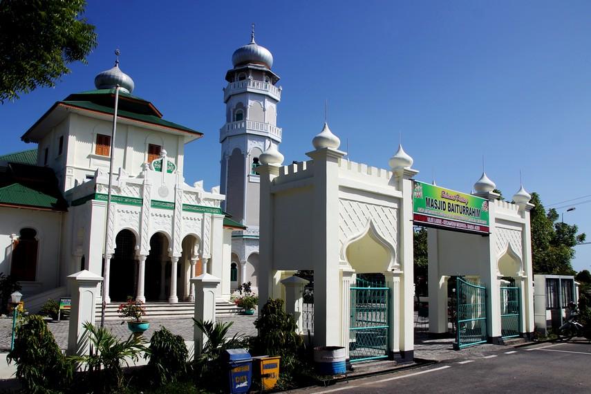 Masjid Baiturrahim di Ulee Lheue Aceh