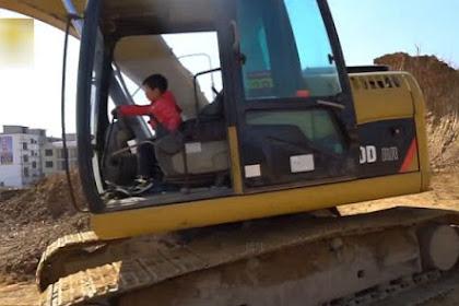 Lihat, Bocah 4 Tahun Jalankan Excavator seperti Profesional
