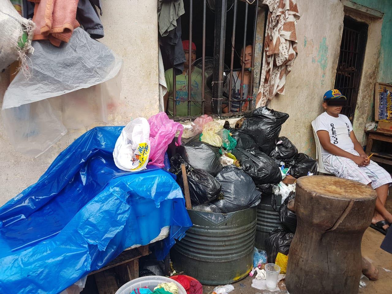 En la mayoría de los 52 recintos penitenciarios del país la gente debe convivir entre la basura y la enfermedad