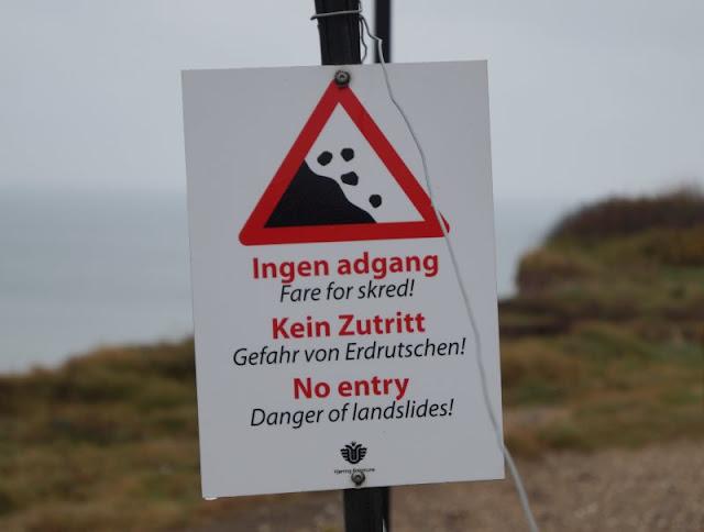 Wind, Wetter und eine eindrucksvolle Abwesenheit: Ein Ausflug zur Mårup Kirke bei Lönstrup. Achtung, überall an der Steilküste im nördlichen Dänemark gibt es die Gefahr von Erdrutschen!