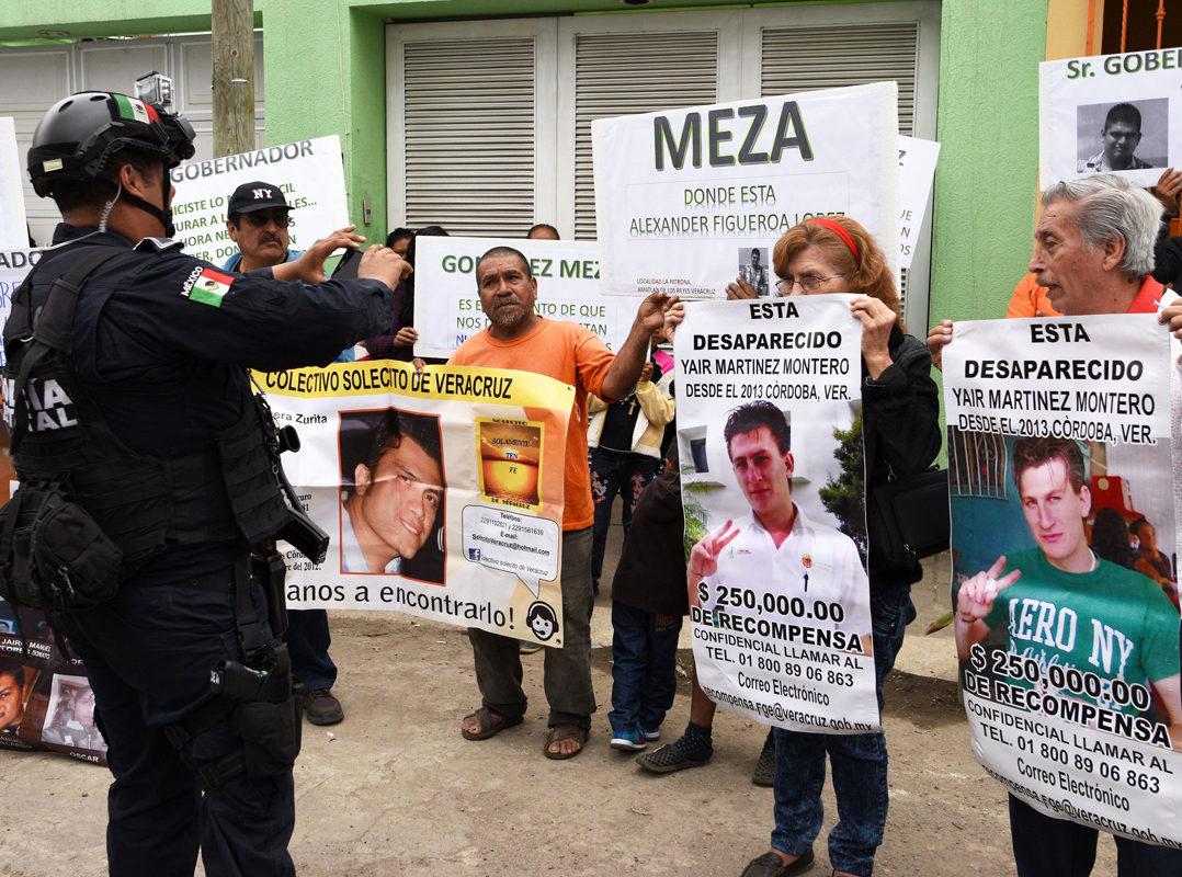 """Policías de Javier Duarte """"aventaban cuerpos"""" desde aeronaves oficiales: Colectivos de Desaparecidos"""