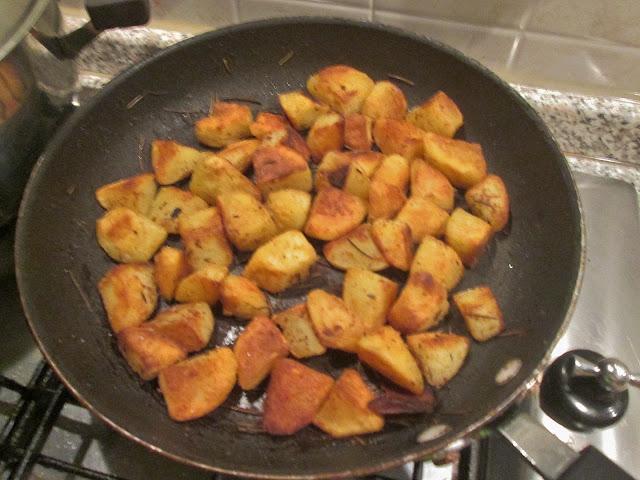frigideira assando batatas no fogao