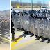 Hincados con las manos arriba y cantando el Himno Nacional, manifestantes se enfrentan a policías (VIDEO).