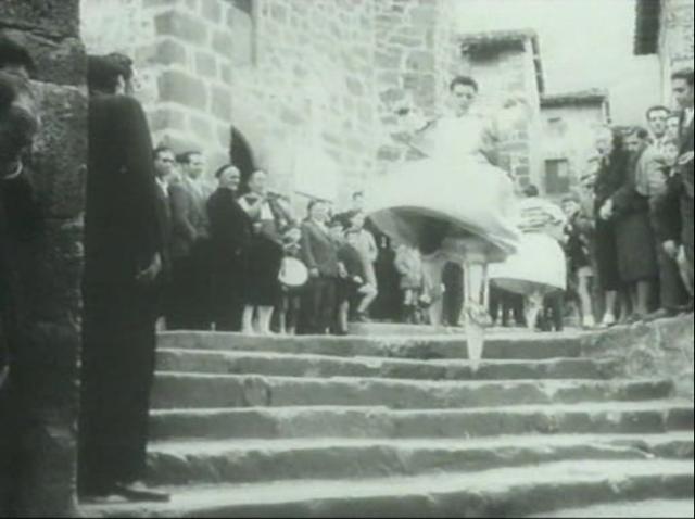 Imagen de 'Lejos de los árboles (1972)' - Danzador se tira por las Escaleras girando