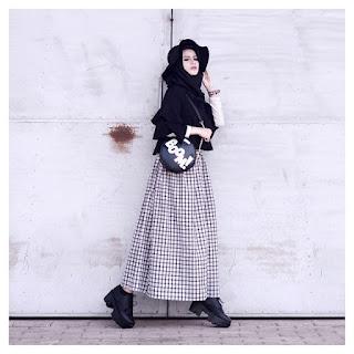Model Gaya Hijab Casual Topi Hitam Bawahan Kemeja cewek kekinian
