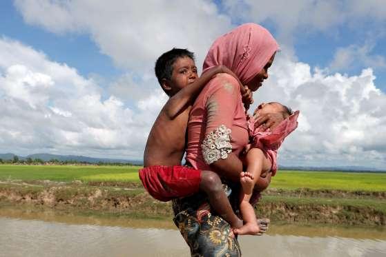 Ibu%2BRohingya%2Bgendong%2Bdua%2Banak - Foto-Foto Terbaru Pengungsi Rohingya, Dijamin Berkaca-kaca Melihatnya