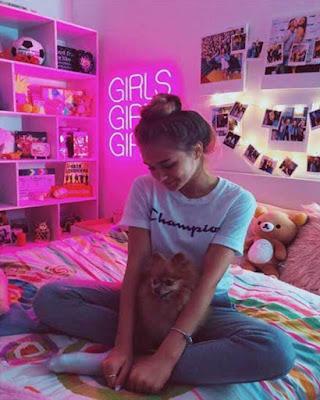 pose tumblr en el cuarto sentada en la cama