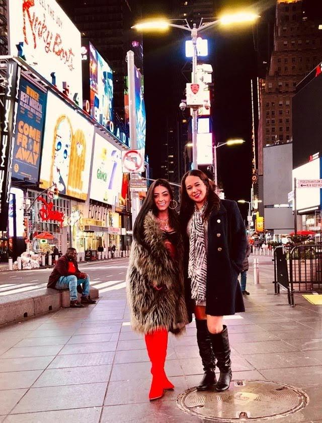 Funkeira Mc Mirella ao lado da empresária na Times Square. Foto: Renato Cipriano