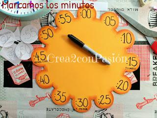 Goma-eva-cortada-en-forma-de-flor-con-minutos-escritos-con-sharpie-diy-reloj-primaveral-para-aprender-las-horas-Crea2conPasión-en-goma-eva-y-pasta-modelar