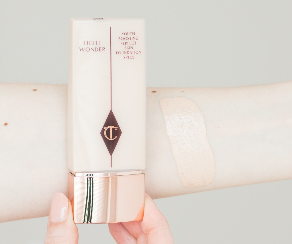 Charlotte Tilbury Light Wonder Foundation 1 Fair Swatch auf dem Arm