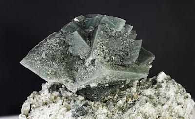cristales de adularia con inclusiones verdes de clorita