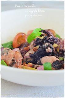 Ensalada de puntillas con vinagreta de tinta, jamón y almendra