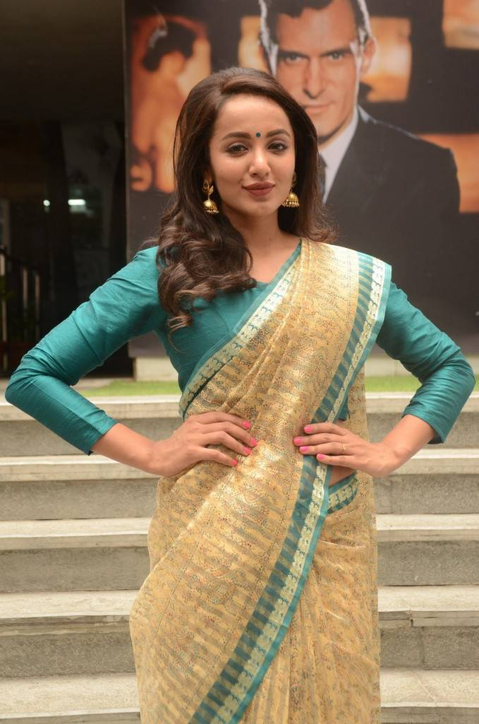 Beautiful Hyderabadi Girl Tejaswi Photo Shoot In Transparent Yellow Saree