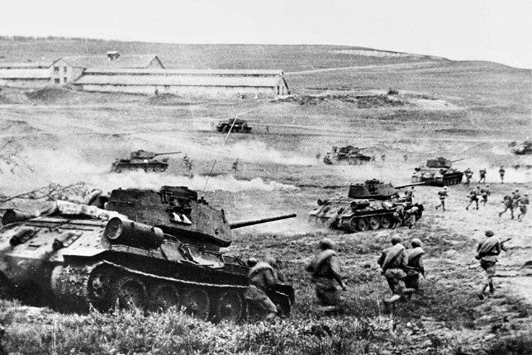 Hitler 900 bin asker ve 3 bin tankla Ruslara saldırdı.