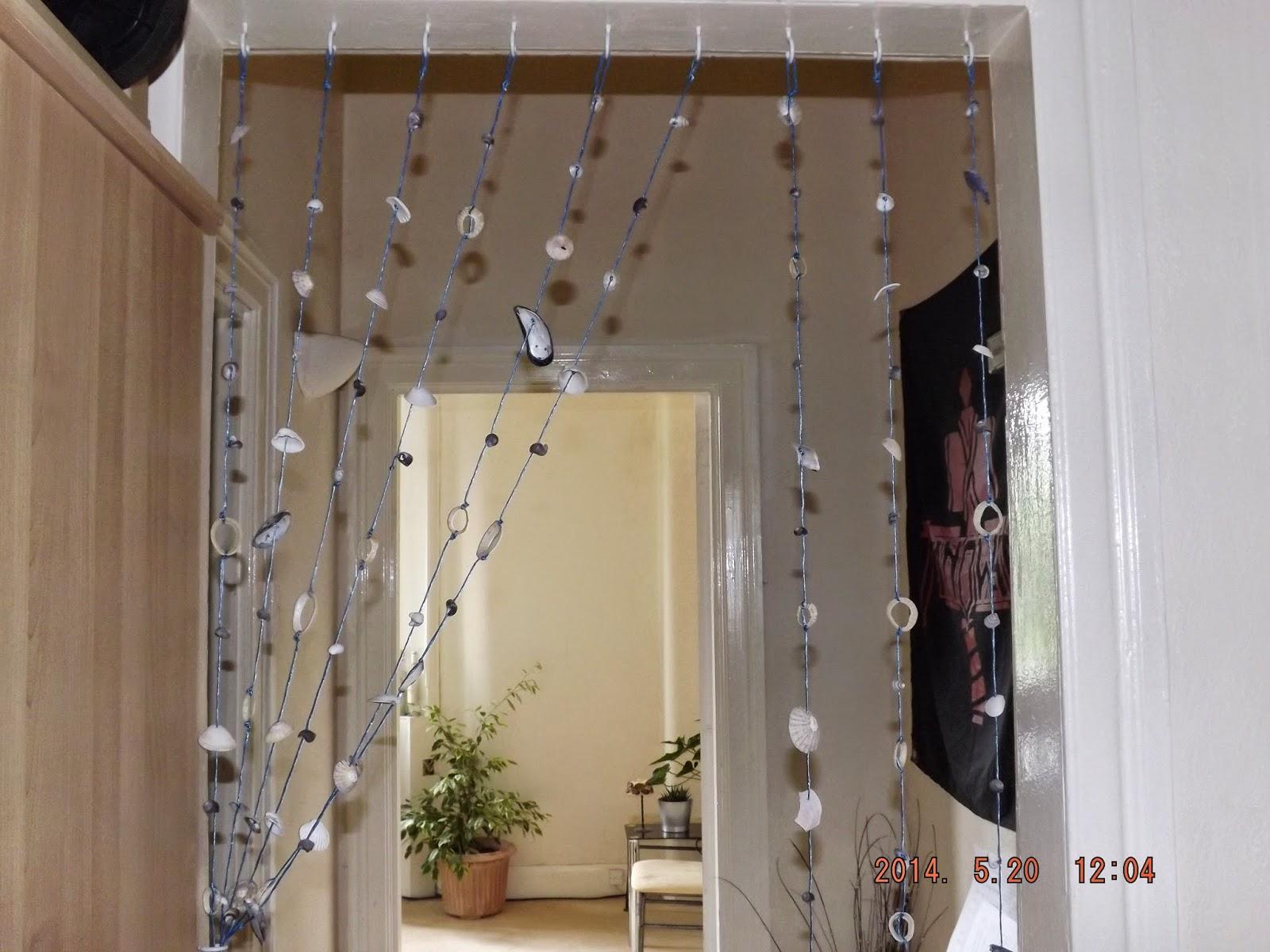 A felszerelt kagylófüggöny elhúzva a szobák között