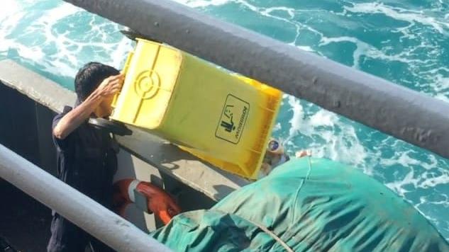 Tertangkap Kamera Buang Sampah di Tengah Laut, Menteri Susi Minta Petugas Kebersihan Dihukum