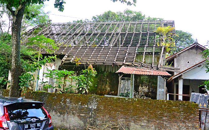 Sisa bangunan rumah dinas yang sudah hancur