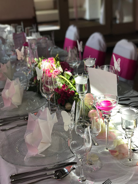 Hochzeitsdinner Tischdekoration Pink travel themed wedding - Reise ins Glück Hochzeitsmotto im Riessersee Hotel Garmisch-Partenkirchen, Bayern Sommerhochzeit im Seehaus in den Bergen, Hochzeitsplanerin Uschi Glas