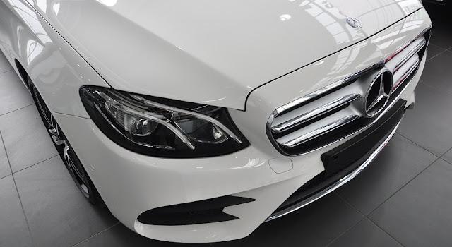 Phần đầu Mercedes E300 AMG 2018 nhập khẩu sử dụng Lưới tản nhiệt 2 nan với Logo ngôi sao 3 cánh Mercedes ở chính giữa