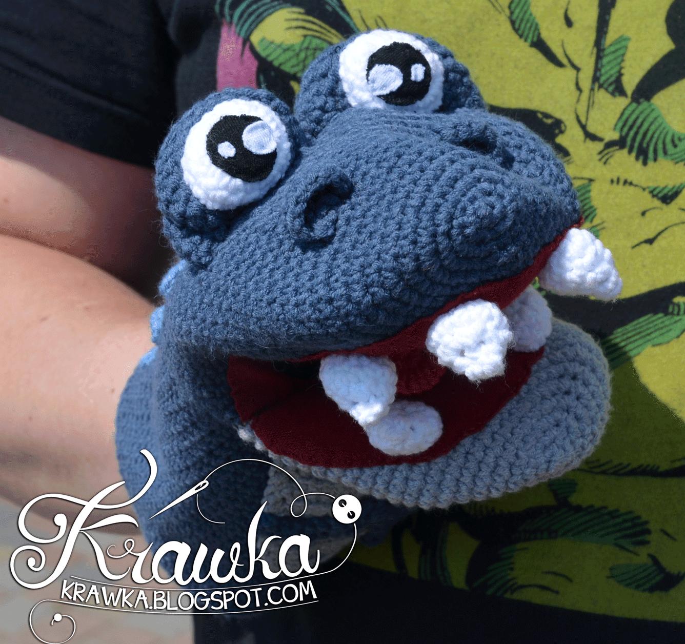 Kukiełka na ręke wykonana na szydełku granatowy dinozaur z dużymi zębami, językiem i czarnym gardłem. Hand made puppet crocheted in shepe of dinosaur. Crochet dino, amigurumi hand puppet