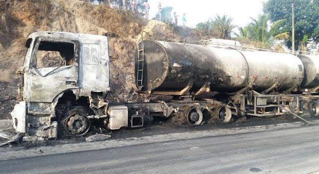 Caminhão pega fogo na BR-101, em Gameleira