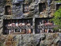 "Kompleks Pemakaman Dalam Tebing Batu di ""Londa"""