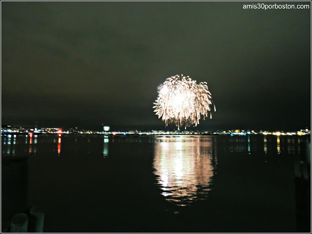 Fuegos Artificiales desde Fan Pier Park de Boston