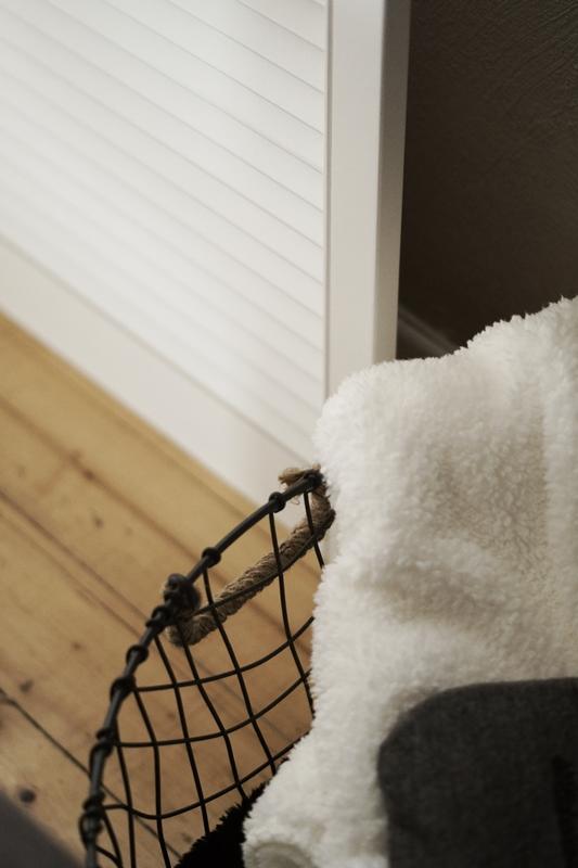 Blog + Fotografie by it's me! - weiße Kuscheldecke, weißer Fensterladen und Wärmflasche