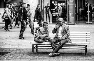 Dos hombres sentados en un banco