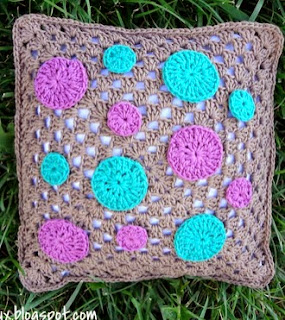 http://translate.googleusercontent.com/translate_c?depth=1&hl=es&rurl=translate.google.es&sl=en&tl=es&u=http://www.fiberfluxblog.com/2014/03/free-crochet-patterndotty-throw-pillow.html&usg=ALkJrhjZP83LM-3i70xr8gG8xB1KiYA1qw