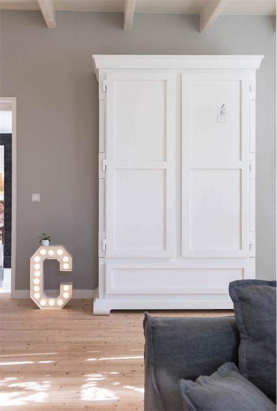 interior holandes armario blanco  letra con bombillas chicanddeco