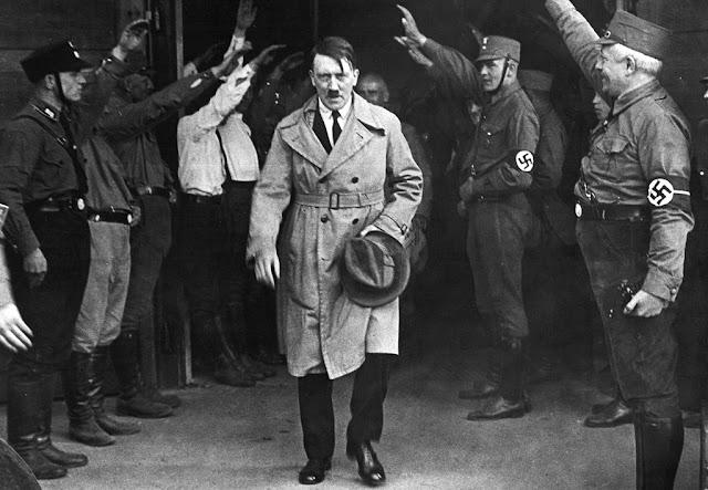 Adolf Hitler merupakan contoh penguasa yang menganut paham Chauvinisme