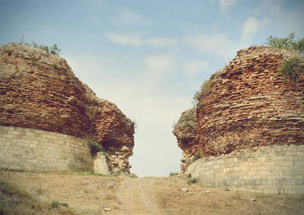 Руины башен в городе Габала (Кабалака-Кафалык)