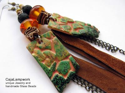 Extravagante Ohrringe aus Glas , Leder und Fimo