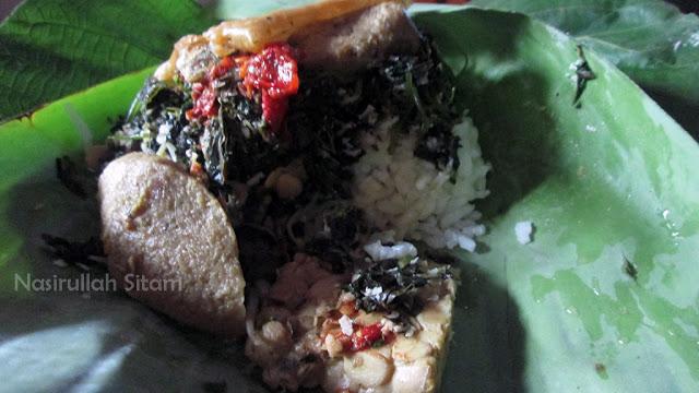 Sebungkus nasi urap untuk sarapan