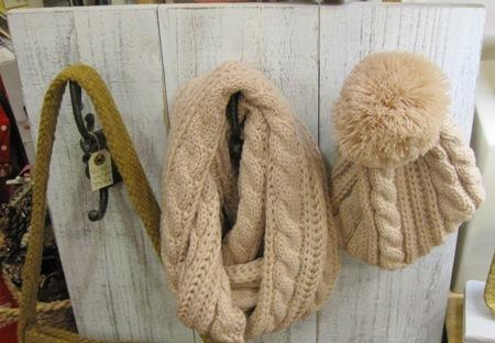 Perchero antiguo de madera en blanco. Cuello bufanda y gorro.