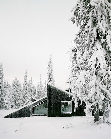 foto cool de una moderna casa construida en medio del campo en un día nevado. Hermosa estética. Arquitectura contemporanea.